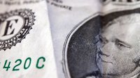 Biden oslabí dolar, to posílí korunu. Čechům zlevní benzín a elektronika
