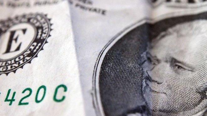 Biden oslabí dolar, to posílí korunu. Čechům zlevní benzín a elektronika - anotační obrázek