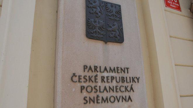 Poslanci prodloužili nouzový stav do 20. listopadu - anotační obrázek