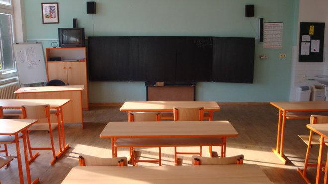 Poslat děti v rouškách do škol? Učitelé ani rodiče nesouhlasí - anotační obrázek