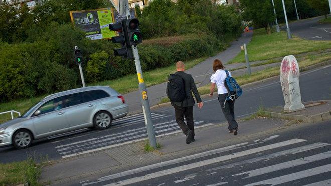 Chodci pozor, už shánějte reflexní odrazky. Kde, co a jak nosit - anotační foto