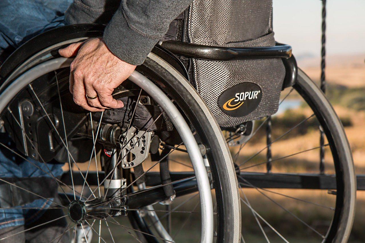 Příspěvek na domácí péči o postižené asi razantně vzroste - anotační obrázek