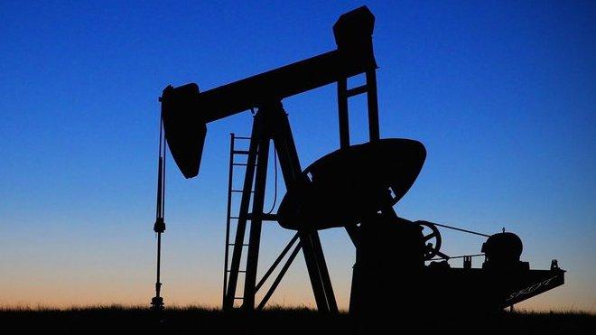 Ropa prudce zlevňuje kvůli obavám o poptávku - anotační obrázek