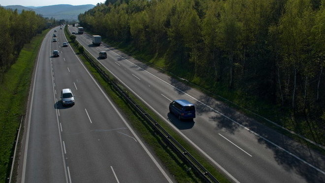 Elektronické dálniční známky budou dražší. Elektromobily a hybridy by mohly jezdit zdarma - anotační obrázek