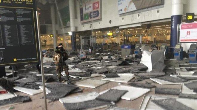 Bruselským letištěm otřásly dva výbuchy (22. 3. 2016)