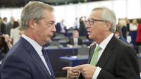 Nigel Farage v Evropském parlamentu s Jean-Claude Junckerem.