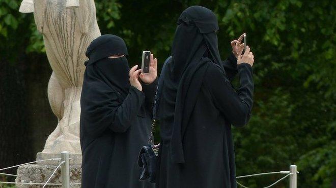 Dívka odmítla nosit muslimský závoj. Brutální reakci bratra nikdo nečekal - anotační obrázek