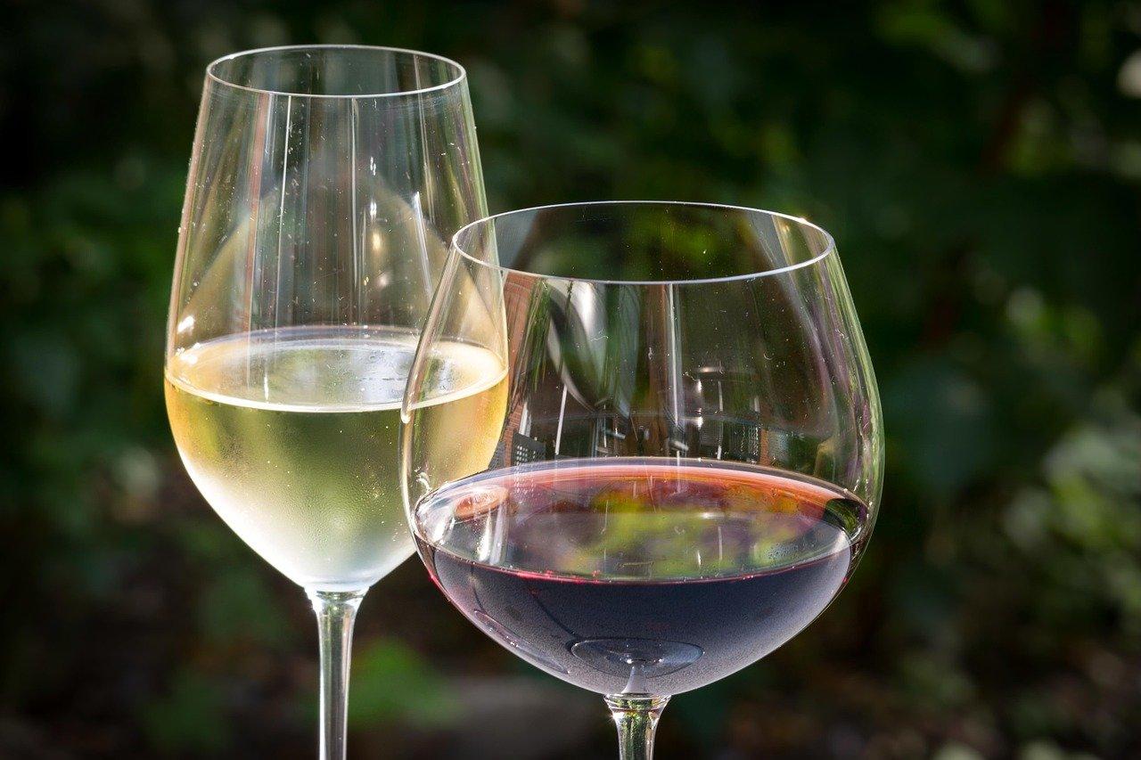 Sklenkou vína ke zdraví? Ne! A je to ještě horší - anotační foto