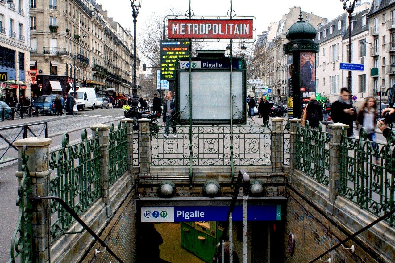 Francie přišla s nevídaným plánem. Krásné dívky jako garance bezpečnosti? - anotační obrázek