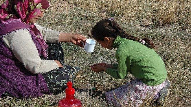Žádné jídlo a voda! Uprchlíci v Evropě prožívají peklo, tvrdí nová zpráva - anotační obrázek