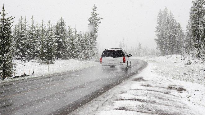 Stav českých silnic je žalostný. Co dělat, když vám výmol zničí auto? - anotační obrázek