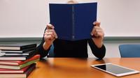 Placené volno i úlevy na daních. Jaké výhody může přinést studium při práci - anotační obrázek