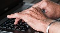 Vyčerpaný trh práce doplňují statisíce pracujících důchodců - anotační foto