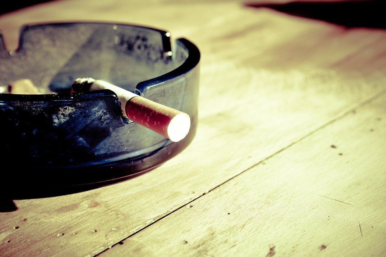 Proč vláda nezakáže kouření, když lidem ničí zdraví? Má k tomu jeden prostý důvod - anotační obrázek