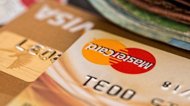 Končí poplatky za platbu kartou. Pravidla pro ověřování identity klientů se mění - anotační obrázek