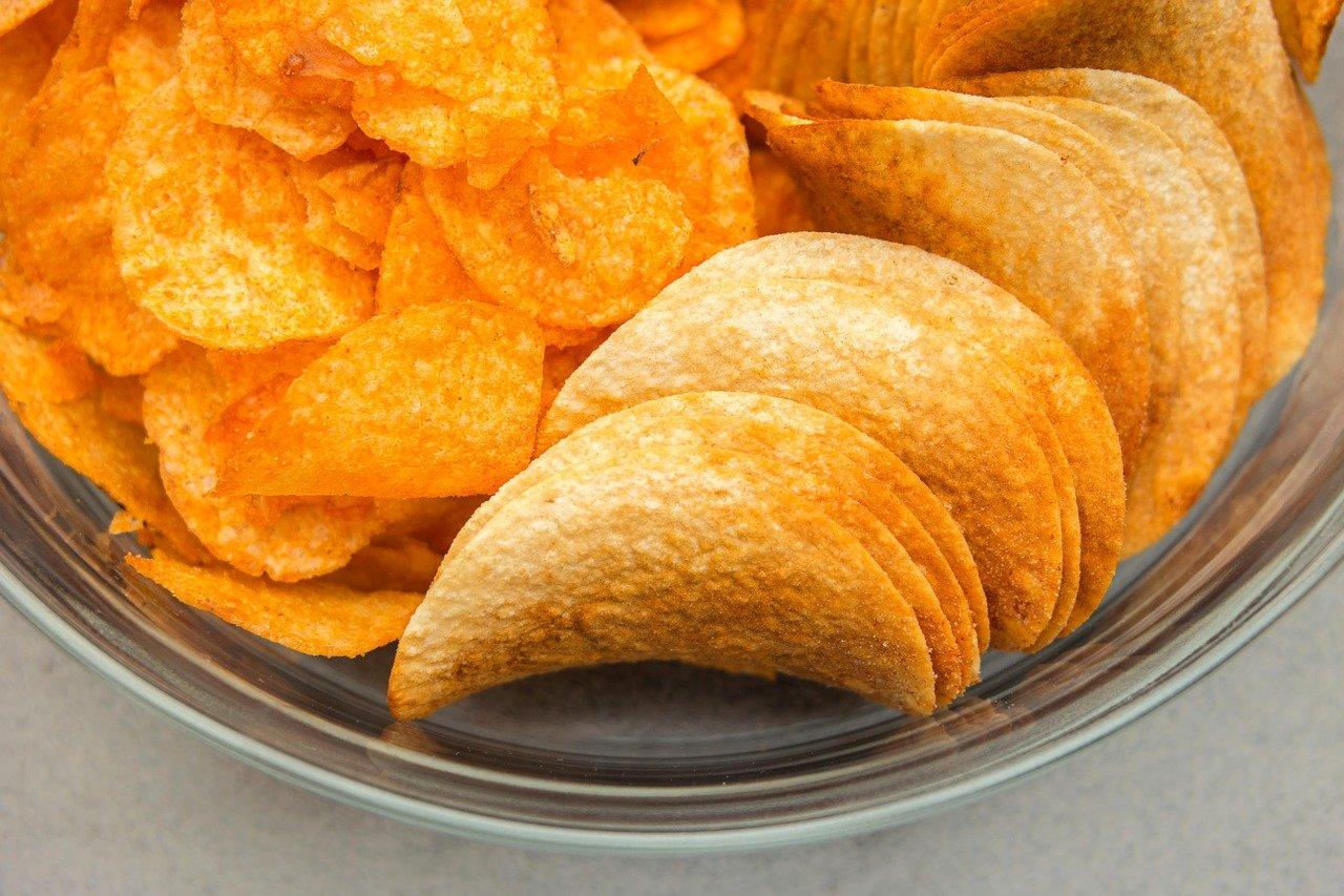České chipsy jsou dražší a nezdravější než ty německé. Chutnají alespoň lépe? - anotační obrázek