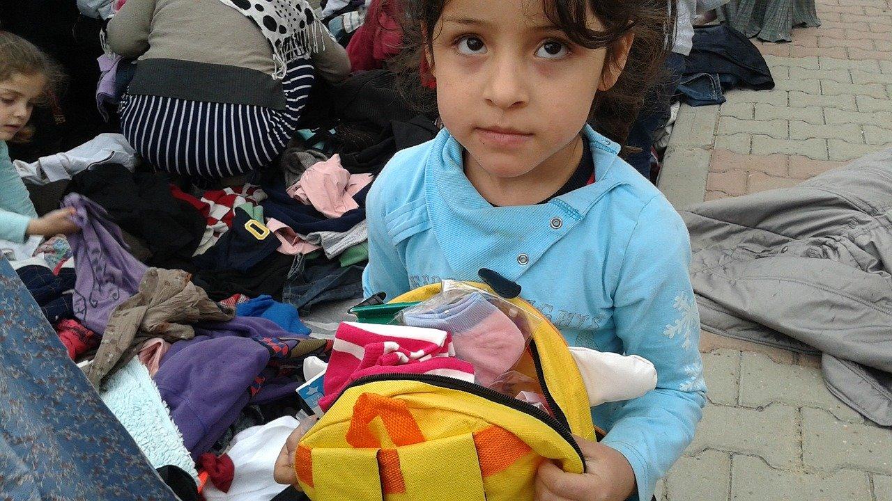 Evropa omezuje lidská práva uprchlíků? Pusťte sem jejich rodiny, žádá komisař - anotační obrázek