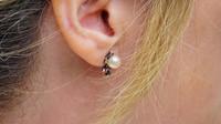 Silná bodavá bolest, která dohání kslzám? Zánět uší může poškodit sluch - anotační obrázek