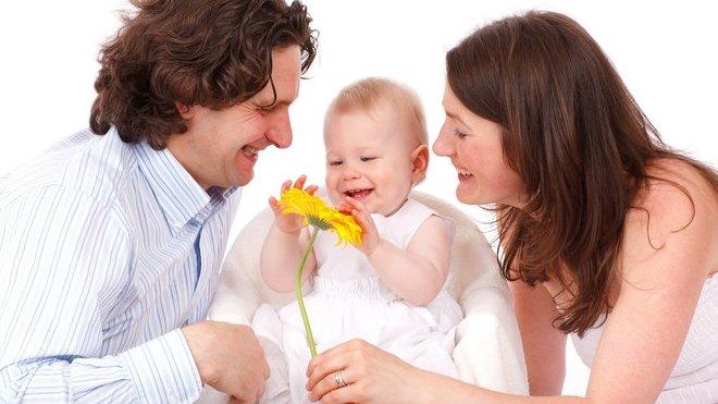 Rodiny sdětmi si letos přilepší. Novinkou je i placená týdenní otcovská dovolená - anotační obrázek