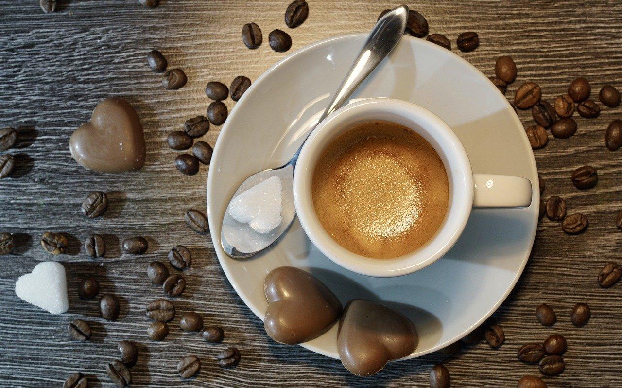 Sypete si do kávy sušenou smetanu? Raději to nedělejte! - anotační obrázek