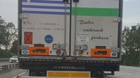 Jeden z nápisů na nákladním autě hlásá: