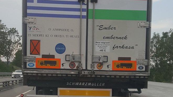 """Jeden z nápisů na nákladním autě hlásá: """"Drahý uprchlíku, nejedeme do Anglie, jedeme do Ruska, Vladivostoku. -40°C"""""""