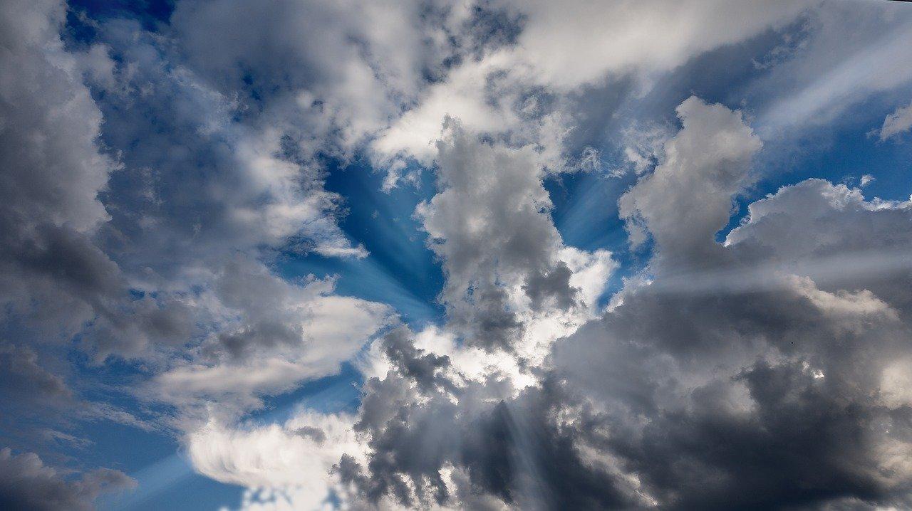 Přijdou po tropických teplotách bouřky a lijáky? Dlouhodobá předpověď - anotační obrázek