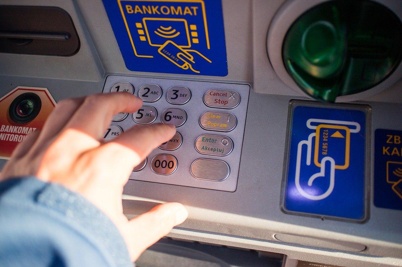 Zapomněli jste kartu nebo peníze v bankomatu? Tyto kroky vám zachrání úspory - anotační obrázek