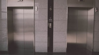 Co dělat, když se s vámi utrhne výtah? Vyskočit před dopadem nepomáhá - anotační foto