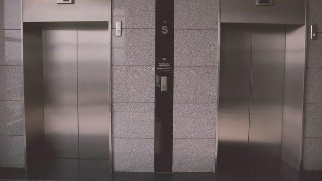 Co dělat, když se s vámi utrhne výtah? Vyskočit před dopadem nepomáhá - anotační obrázek