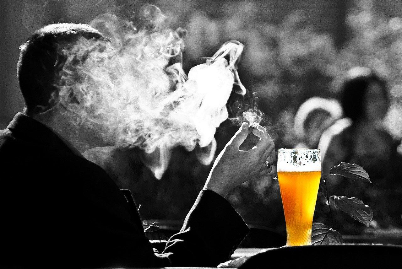 Na kolo po požití alkoholu, zmírnění protikuřáckého zákona. Senát rozhodne v listopadu - anotační obrázek