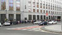 Lidé stojí fronty na pobočkách ČNB na výroční dvacetikoruny