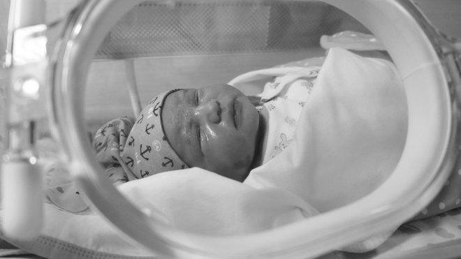Novorozenec v inkubátoru