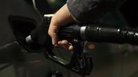 Benzín letos citelně zdražuje, nafta zlevnila. Řidiči benzínových vozů začínají závidět milovníkům dieselů - anotační obrázek