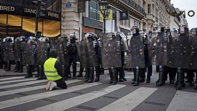 """Demonstrace """"žlutých vest"""" v Paříži (15.12.2018)."""