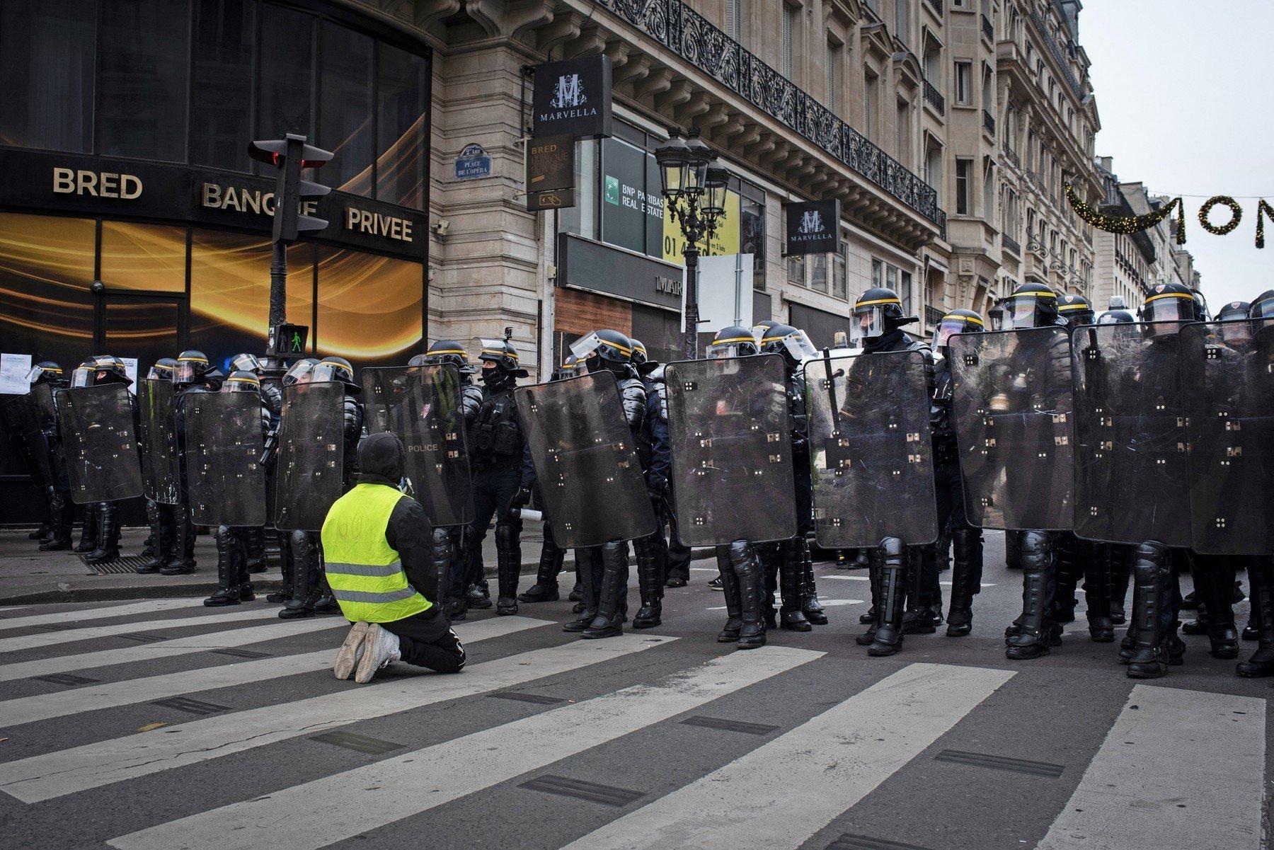 Ve Francii protestovalo 66.000 žlutých vest. Přidaly se k nim polonahé Marianny v kápích - anotační obrázek