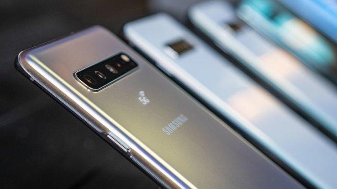 Galaxy S10 a S10+? Nová vlajková loď Samsungu. Větší displej, více fotoaparátů i možností - anotační obrázek