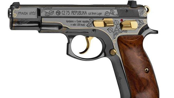 Trump dostane od Babiše zdobenou pistoli České zbrojovky