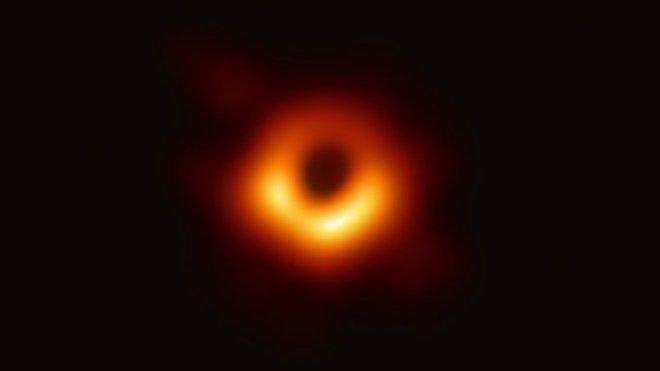První reálný snímek černé díry