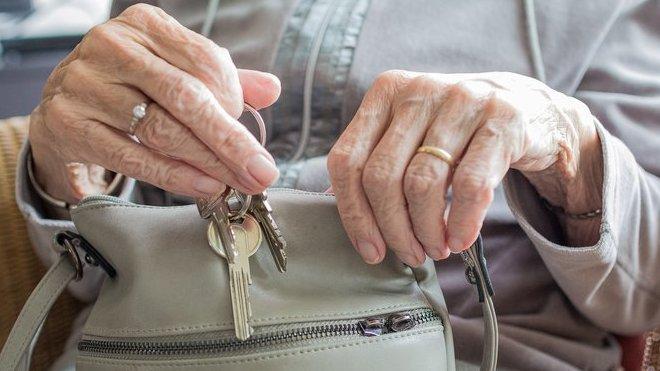 Péče o důchodce? České rodiny trpí, senioři do domova nechtějí - anotační obrázek