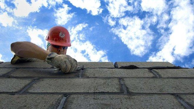 Rekordně nízká nezaměstnanost prodražuje výstavbu developerských projektů - anotační obrázek