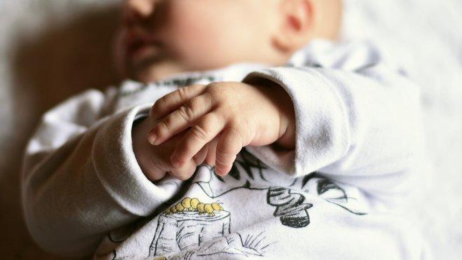 Vláda se shodla na zvýšení rodičovského příspěvku.  Kdo bude mít nárok na 300 tisíc? - anotační obrázek