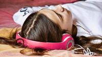 Hlasitá hudba ve sluchátkách může trvale poškodit sluch - anotační obrázek