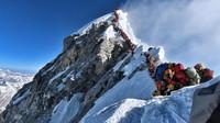 Na Mount Everestu je plno. Horolezci umírají ve frontách - anotační obrázek