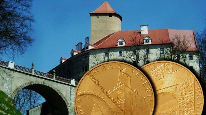 ČNB vydala pamětní zlatou minci o nominální hodnotě 5000 korun s motivem hradu Veveří.