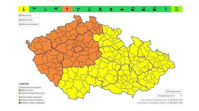 Velmi silné bouřky s přívalovým deštěm, krupobitím a nárazovým větrem mohou dnes odpoledne a ve středu zasáhnout severozápad republiky, Prahu a střední Čechy, varuje ČHMÚ.