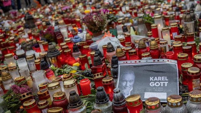 Karel Gott zemřel: Pieta u jeho domu Nad Bertramkou