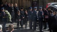 Mše za Karla Gotta: Mistra vyprovodila na poslední cestě rodina i tisíce lidí - anotační obrázek