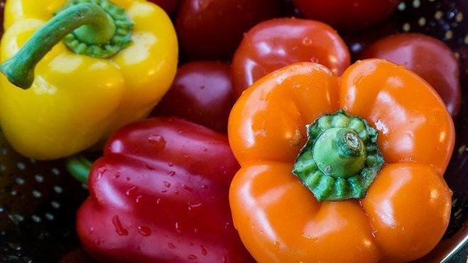 Paprika už vyjde i na 200 korun za kilogram, je na pětinásobku ceny z léta 2018. Zdražují i okurky, rajčata či cibule - anotační obrázek