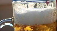 S pivem, párkem nebo zmrzlinou musí lidé odejít alespoň deset metrů od okénka - anotační obrázek